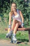 Mujer sonriente en pcteres de ruedas Fotos de archivo