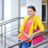 Mujer sonriente en ropa colorida con el bolso Imagen de archivo
