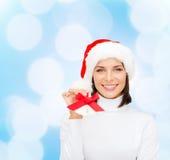 Mujer sonriente en sombrero y cascabeles del ayudante de santa Fotos de archivo