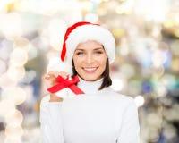 Mujer sonriente en sombrero y cascabeles del ayudante de santa Fotos de archivo libres de regalías