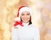 Mujer sonriente en sombrero y cascabeles del ayudante de santa Imagen de archivo