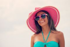 Mujer sonriente en sunhat fotos de archivo libres de regalías