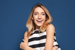 Mujer sonriente en top rayado Fotografía de archivo libre de regalías
