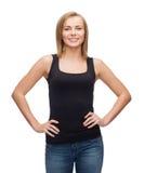 Mujer sonriente en top sin mangas negro en blanco Fotos de archivo