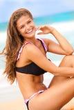 Mujer sonriente en traje de baño en la playa Fotos de archivo
