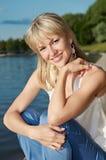 Mujer sonriente en un lago fotografía de archivo libre de regalías