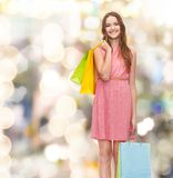 Mujer sonriente en vestido con muchos panieres Imágenes de archivo libres de regalías