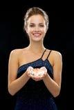 Mujer sonriente en vestido de noche Fotos de archivo