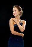 Mujer sonriente en vestido de noche Imagen de archivo libre de regalías