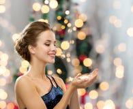 Mujer sonriente en vestido de noche con el diamante Imagen de archivo libre de regalías