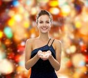 Mujer sonriente en vestido de noche con el diamante Fotos de archivo libres de regalías