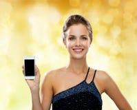 Mujer sonriente en vestido de noche con smartphone Fotos de archivo libres de regalías