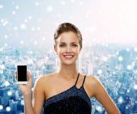 Mujer sonriente en vestido de noche con smartphone Foto de archivo