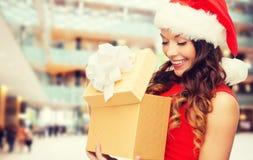 Mujer sonriente en vestido rojo con la caja de regalo Imágenes de archivo libres de regalías