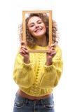 Mujer sonriente feliz con el marco, Imágenes de archivo libres de regalías