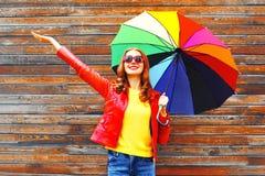 Mujer sonriente feliz con el paraguas colorido en día del otoño Imágenes de archivo libres de regalías