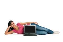 Mujer sonriente feliz con la pantalla en blanco de la computadora portátil Fotos de archivo libres de regalías