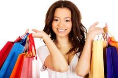 Mujer sonriente feliz con los bolsos de compras Foto de archivo libre de regalías