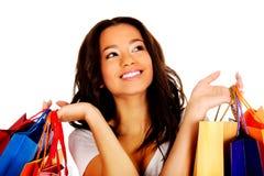 Mujer sonriente feliz con los bolsos de compras Imagenes de archivo
