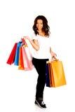 Mujer sonriente feliz con los bolsos de compras Fotos de archivo