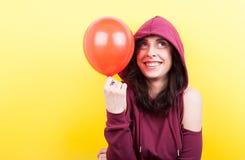 Mujer sonriente feliz con un impulso en manos Imagenes de archivo
