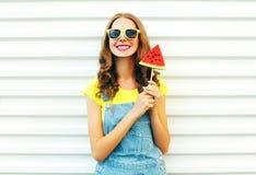Mujer sonriente feliz con una rebanada de sandía bajo la forma de helado Fotografía de archivo