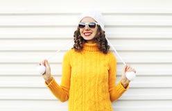 Mujer sonriente feliz de la moda sobre el fondo blanco Foto de archivo libre de regalías