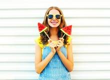 Mujer sonriente feliz del retrato con una rebanada dos de helado de la sandía Imágenes de archivo libres de regalías