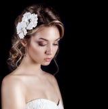 Mujer sonriente feliz elegante atractiva joven hermosa con los labios rojos, peinado elegante hermoso con las flores blancas en s Imagen de archivo libre de regalías