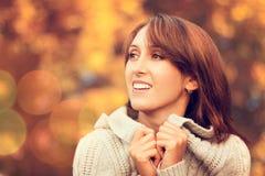 Mujer sonriente feliz en Autumn Background Fotografía de archivo libre de regalías