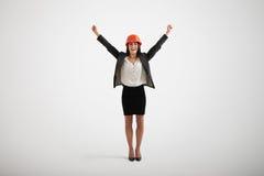 Mujer sonriente feliz en el desgaste formal que sube sus manos hacia arriba Foto de archivo libre de regalías