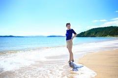 Mujer sonriente feliz en la playa de Russel, NZ Imágenes de archivo libres de regalías