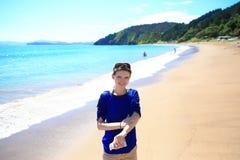 Mujer sonriente feliz en la playa de Russel, NZ Fotos de archivo