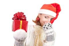 Mujer sonriente feliz en sombrero de la Navidad con los regalos Imagenes de archivo