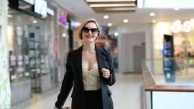 Mujer sonriente feliz en un centro comercial metrajes