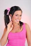 Mujer sonriente feliz hermosa con el pelo divertido Fotos de archivo libres de regalías