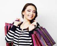 mujer sonriente feliz joven con los bolsos de compras Foto de archivo libre de regalías