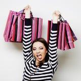 mujer sonriente feliz joven con los bolsos de compras Fotos de archivo