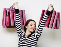 mujer sonriente feliz joven con los bolsos de compras Imagenes de archivo