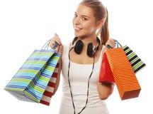 mujer sonriente feliz joven con los bolsos de compras Fotos de archivo libres de regalías
