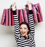 mujer sonriente feliz joven con los bolsos de compras Imagen de archivo