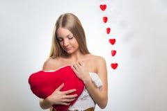 Mujer sonriente feliz joven con símbolo del corazón Imagen de archivo libre de regalías