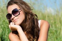 Mujer sonriente feliz joven hermosa que goza del retrato al aire libre del primer del verano Imagenes de archivo