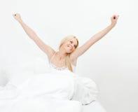 Mujer sonriente feliz joven que despierta Foto de archivo