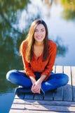Mujer sonriente feliz por el agua Fotografía de archivo libre de regalías