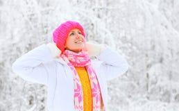 Mujer sonriente feliz que disfruta de invierno en día nevoso Fotografía de archivo libre de regalías