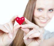 Mujer sonriente hermosa con el corazón Imagenes de archivo