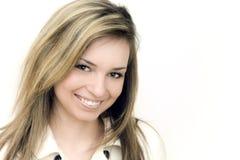 Mujer sonriente hermosa con el fondo blanco Imagen de archivo