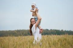 Mujer sonriente hermosa con el niño Fotografía de archivo libre de regalías