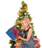 Mujer sonriente hermosa con el presente cerca del árbol de navidad Fotos de archivo